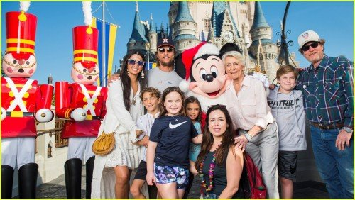 matthew-mcconaughey-and-camila-alves-bring-their-kids-to-walt-disney-world-02[1]
