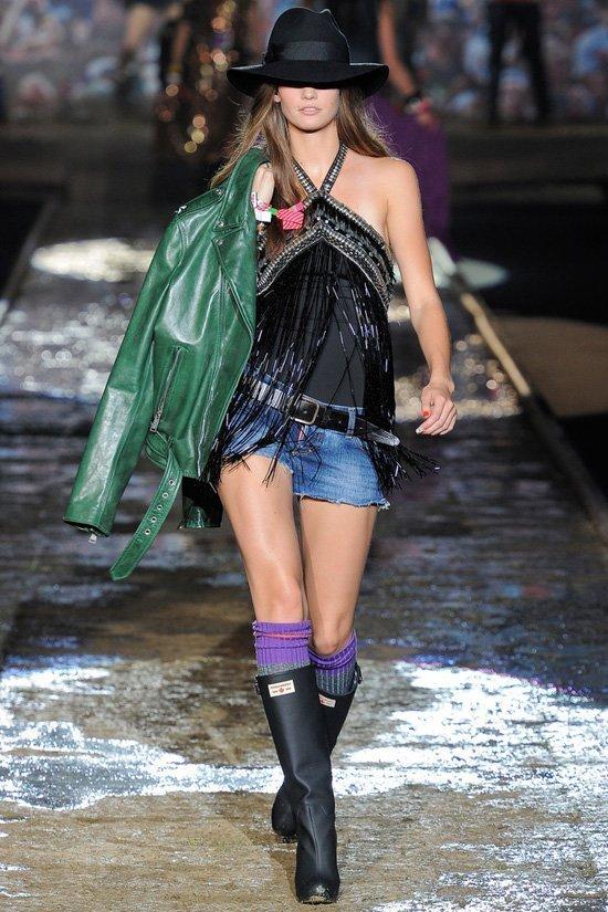 На фото модели демонстрируют коллекцию в стиле кэжуал весна-лето 2012 от...