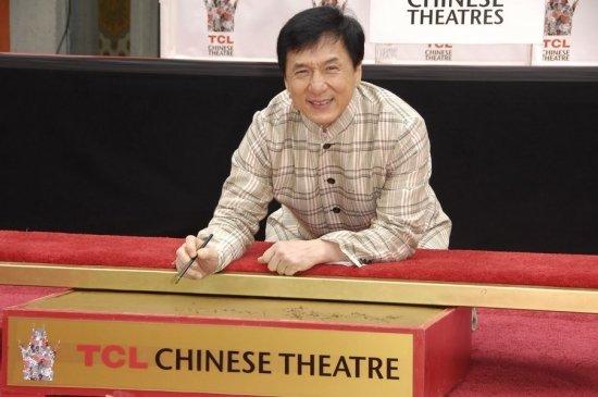 Джеки Чан во второй раз оставил отпечатки на Аллее славы.