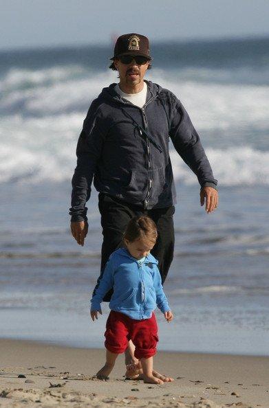 Энтони Кидис с сыном Эверли