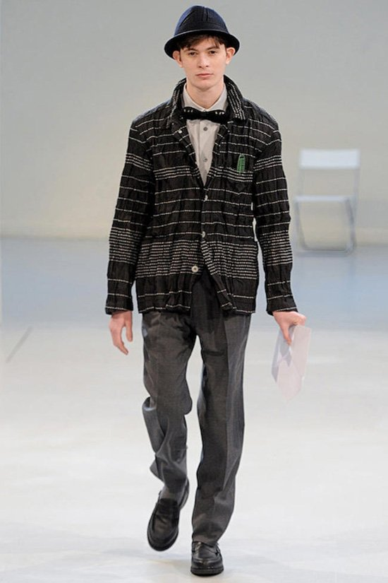 С приходом осени в моду входят вязанные вещи, а именно - свитера и пуловеры.