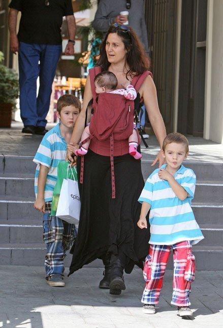 Кэрри-Энн Мосс с детьми