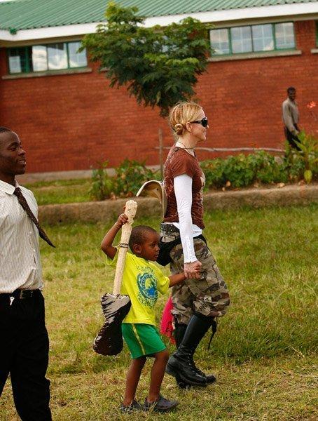 Мадонна и семья в Малави