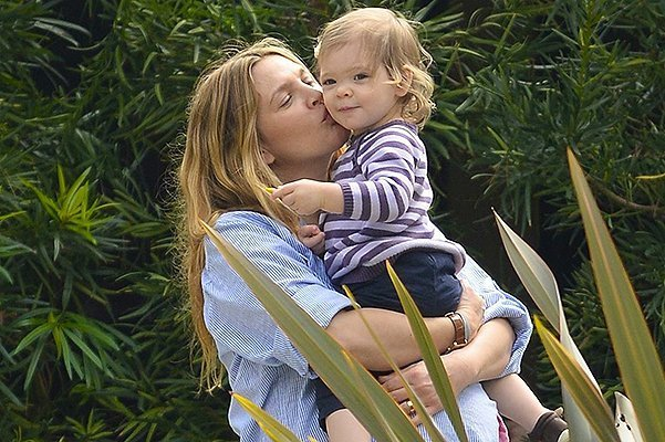 A Very Pregnant Drew Barrymore Has Lunch With Her Family