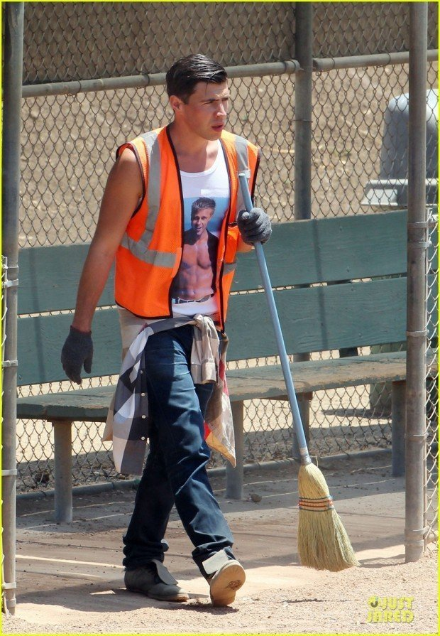 vatalii-sediuk-wears-brad-pitt-t-shirt-to-do-community-service-03