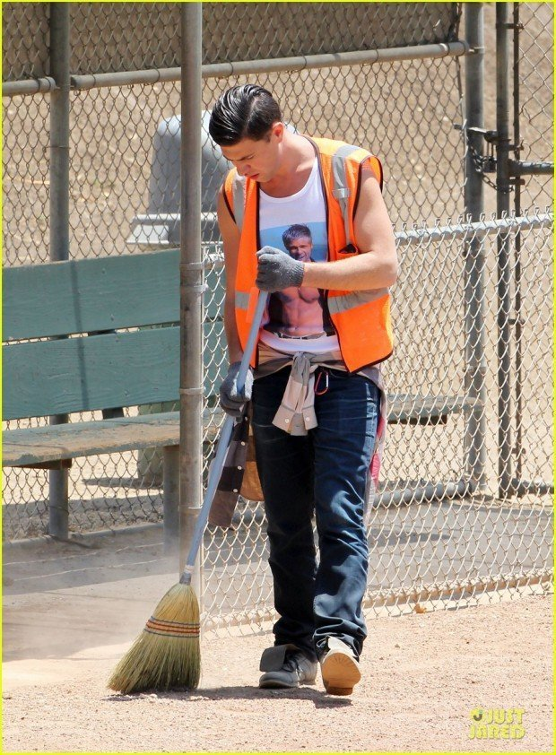 vatalii-sediuk-wears-brad-pitt-t-shirt-to-do-community-service-05