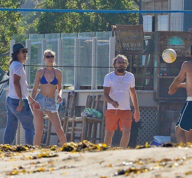 Leonardo-DiCaprio-Toni-Garrn-Play-Volleyball-Pictures (1)
