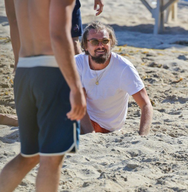 Leonardo-DiCaprio-Toni-Garrn-Play-Volleyball-Pictures (2)
