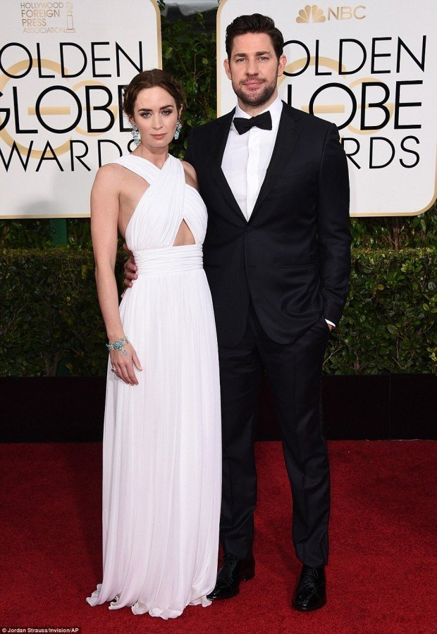 249B357D00000578-2905872-Grecian_style_Emily_Blunt_arrived_on_the_arm_of_her_husband_John-a-68_1421026260931