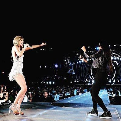 Тейлор Свифт и Лиза Кудроу спели песню «Smelly cat» из сериала «Друзья»