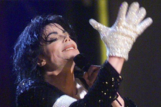 Знаменитую блестящую перчатку Майкла Джексона продали на аукционе