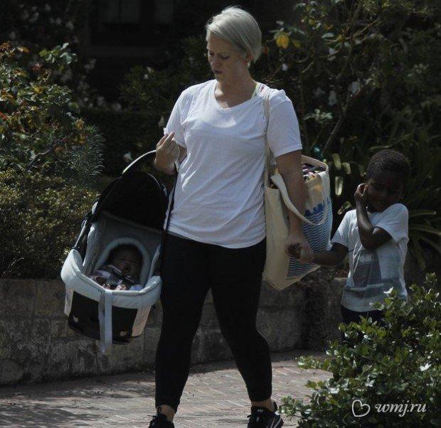Фотографии приёмной дочери Шарлиз Терон попали в сеть