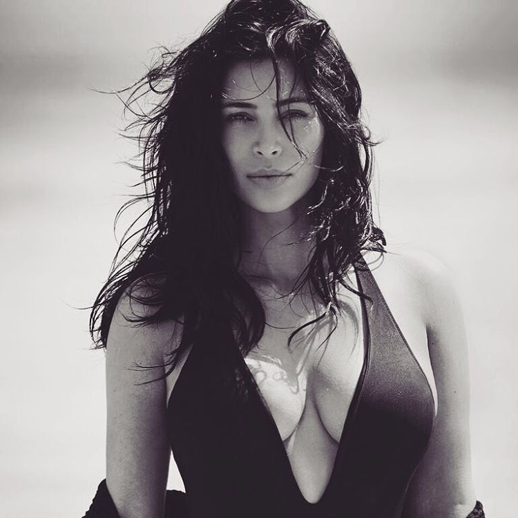 Ким Кардашян впервые после вторых родов позировала в купальнике