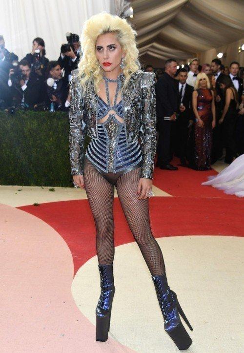 Леди Гага в наряде от Versace