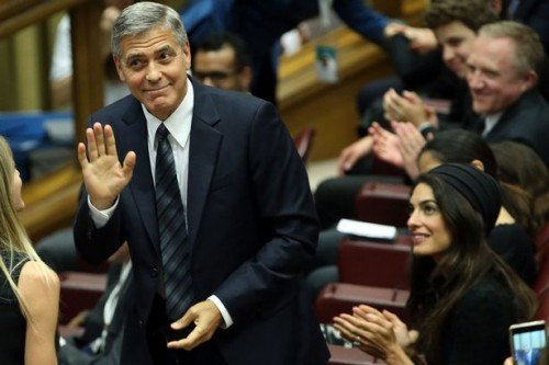 George-Clooney-and-Amal-Clooney-attend-Un-Muro-o-Un-Ponte-Seminary-held-by-Pope-Francis-at-the-Paul-VI-Hall (1)