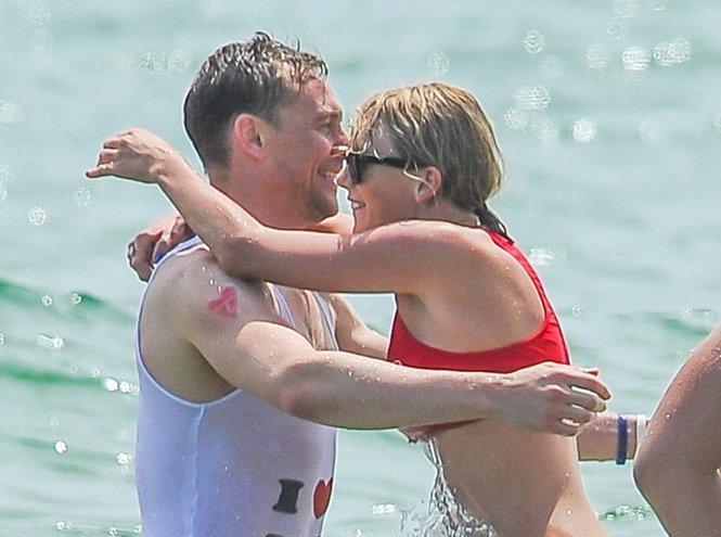 Тейлор Свифт и Том Хиддлстон устроили звездную вечеринку в океане
