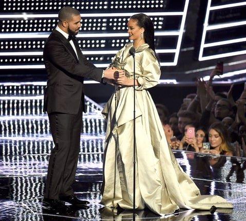 Рэпер Дрейк признался Рианне в симпатии навручении наград MTV