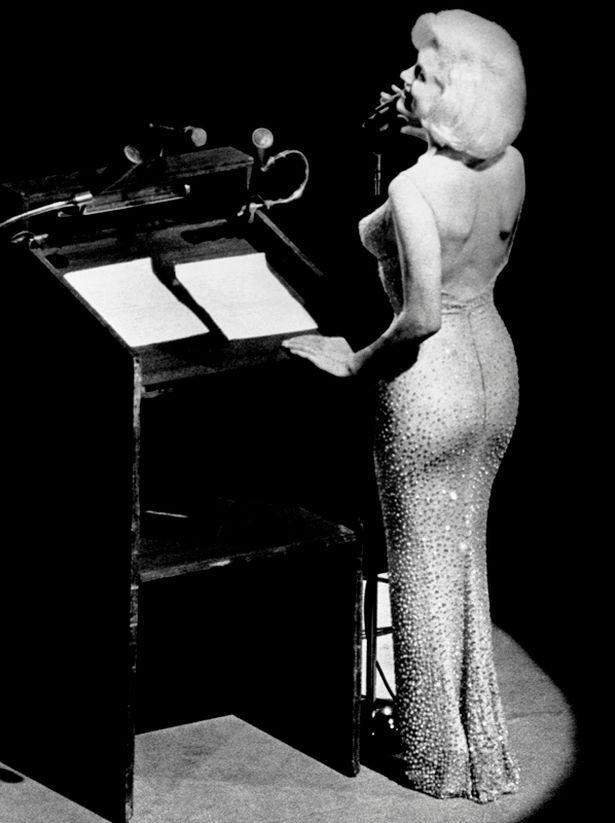 http://www.starslife.ru/wp-content/uploads/2016/11/Marilyn-Monroe-Singing-Happy-Birthday-to-JFK.jpg