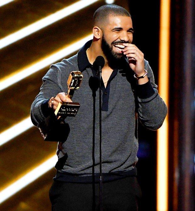 71-летняя Шер удивила созерцателей Billboard Music Awards откровенными нарядами