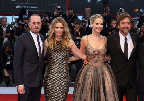 gallery-1505380562-darren-aronofsky-michelle-pfeiffer-jennifer-lawrence-and-havier-bardem[1]