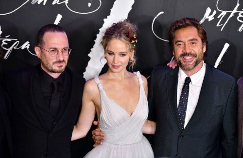 gallery-1505381050-darren-aronofsky-jennifer-lawrence-and-javier-bardem[1]