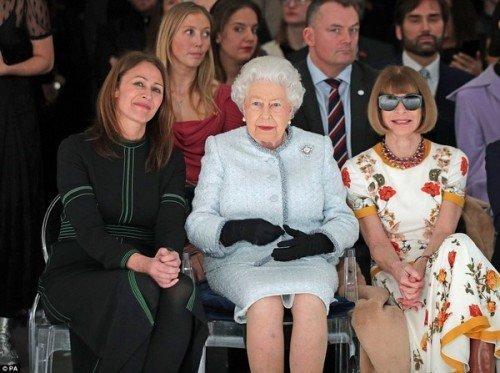 Королева Елизавета II посетила показ моды