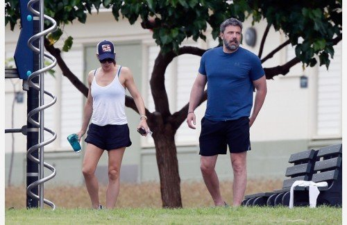 ÑÏÅÖÖÅÍÀ. ÒÐÅÁÓÅÒÑß ÎÄÎÁÐÅÍÈÅ. SPECIAL PRICE APPLIES. APPROVAL REQUIRED *EXCLUSIVE* Ben Affleck and Jennifer Garner appear tense during a trip to a local park in Hawaii *WEB MUST CALL FOR PRICING*