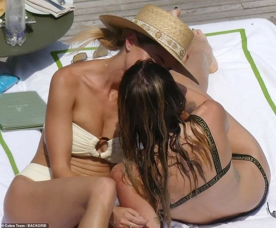 17141214-7345275-Fun_Miley_Cyrus_was_sharing_a_steamy_smooch_with_Brody_Jenner_s_-m-42_1565492884780