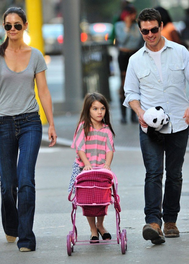 PITTSBURGH, PA - OCTOBER 08:  Katie Holmes, Suri Cruise and Tom Cruise seen on the streets of Pittsburgh on October 8, 2011 in Pittsburgh, Pennsylvania.  (Photo by James Devaney/WireImage)