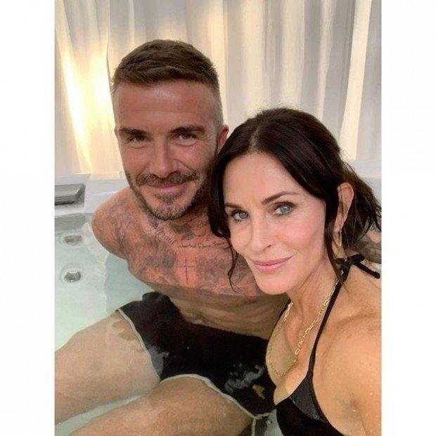 Кортни Кокс раздевается до бикини и попадает в горячую ванну с Дэвидом Бекхэмом