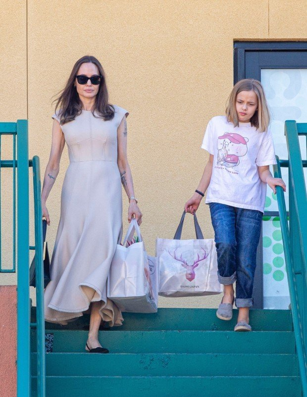 Анджелина Джоли прогуливалась по магазинам с младшей дочерью Вивьен
